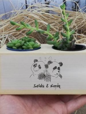 Kişiye Özel Aşık Pandalar Temalı Lüks Ahşap Saksı ve Sukulent Seti